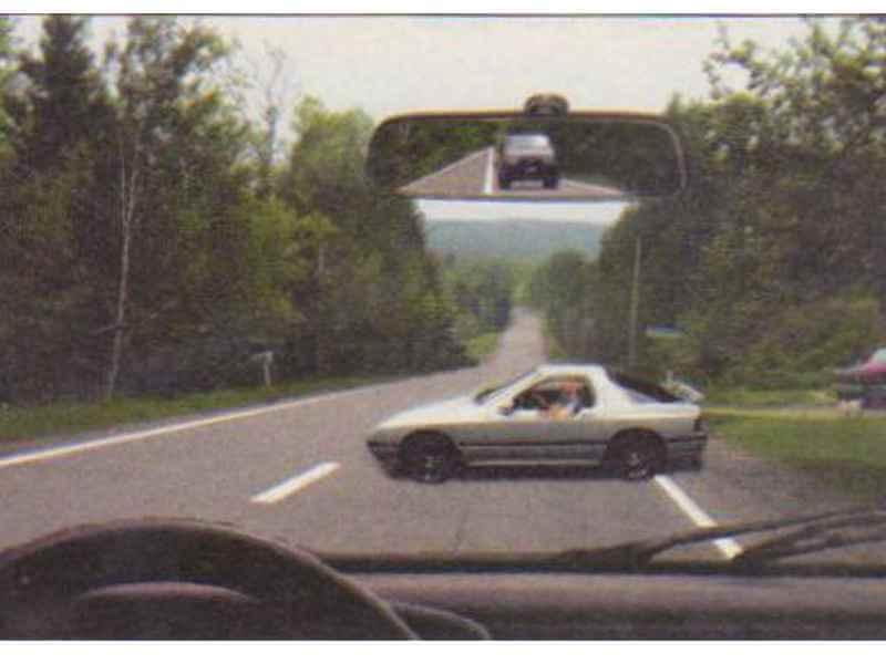 Autoturismul alb execută manevra de întoarcere. Cum vei proceda corect? itemprop=